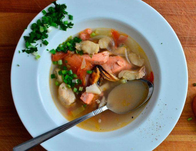 Суп с перловкой и тунцом, приготовленный в мультиварке