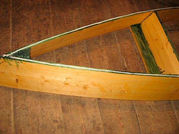 лодка из дерева и оцинкованного железа