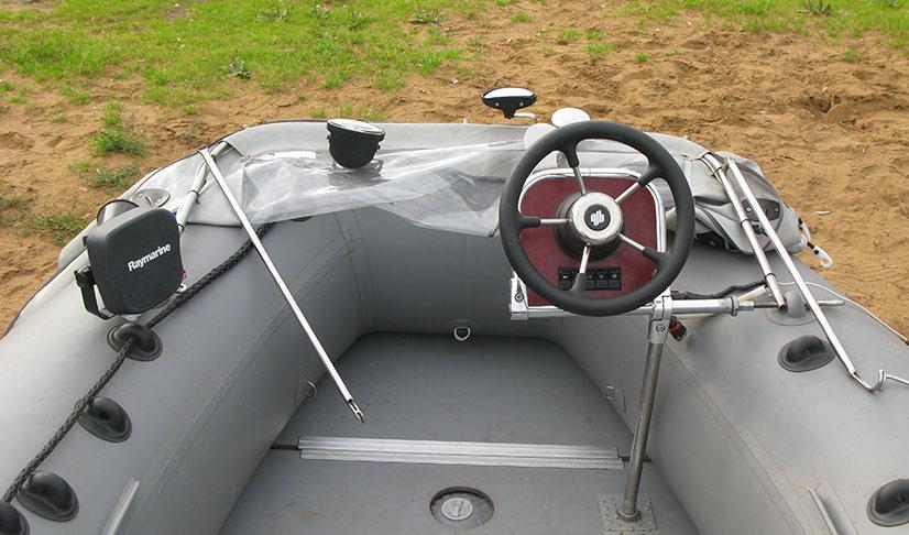 пластиковая лодка с рулевой консолью